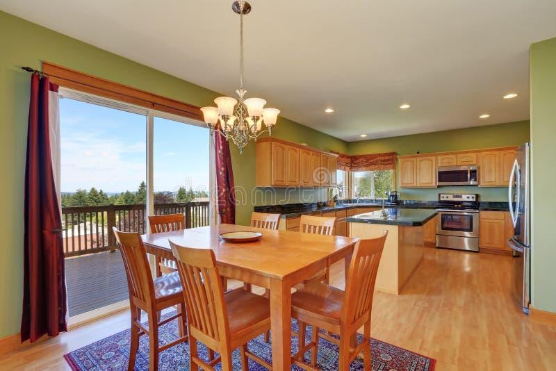 Sala da pranzo e cucina con le pareti ed il pavimento di legno duro verdi fotografia stock - Pareti sala da pranzo ...