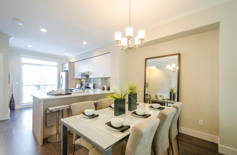 Sala da pranzo e cucina moderne immagine stock immagine di presidenza mobilia 72679111 - Sale da pranzo moderne ...