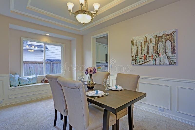Sala da pranzo elegante accentata con i modanature del pannello di parete ed il soffitto del vassoio immagine stock libera da diritti