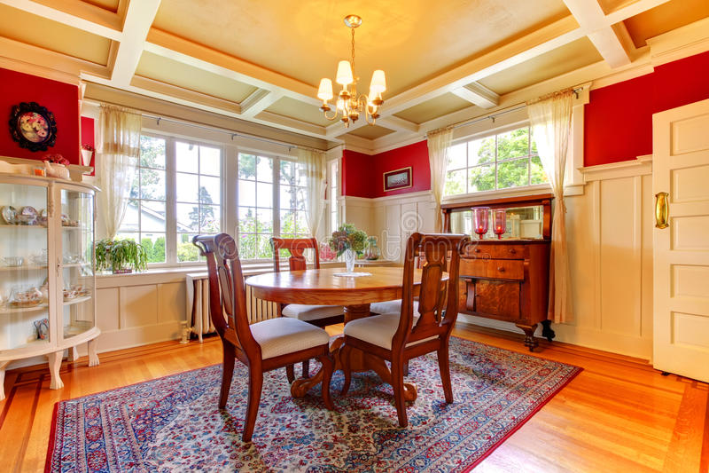 Sala da pranzo elegante dell'oro e di colore rosso fotografia stock