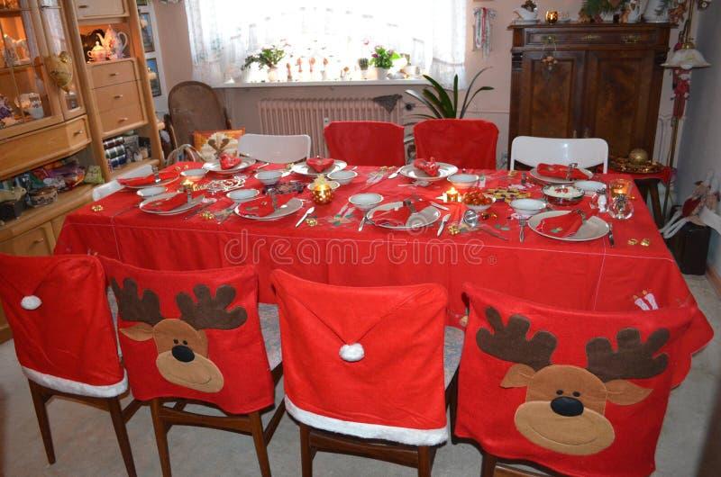 Sala da pranzo festiva decorata per la cena di Natale immagine stock libera da diritti