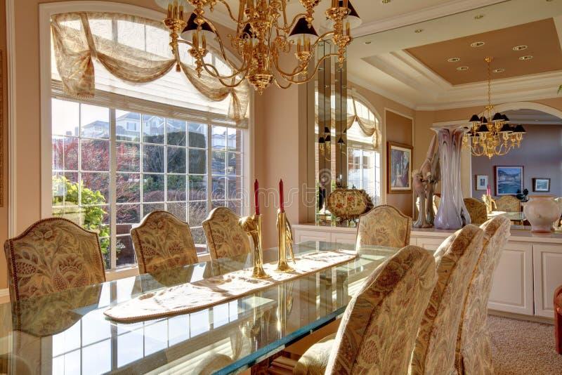 Sala da pranzo luminosa lussureggiante immagine stock