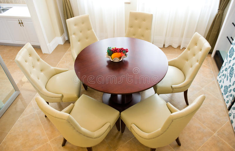 Stanza spaziosa della cucina con il tavolo da pranzo for Stanza da pranzo moderna