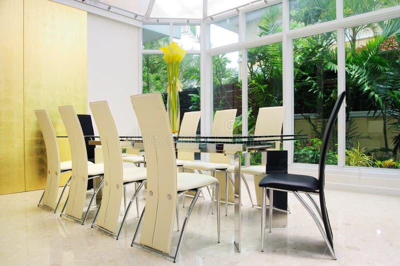 Sala da pranzo con le pareti dell 39 oro immagine stock for Stanza da pranzo moderna