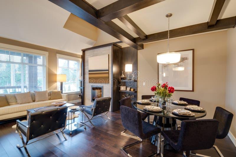 Interno moderno della stanza della cucina con il camino e for Stanza da pranzo moderna