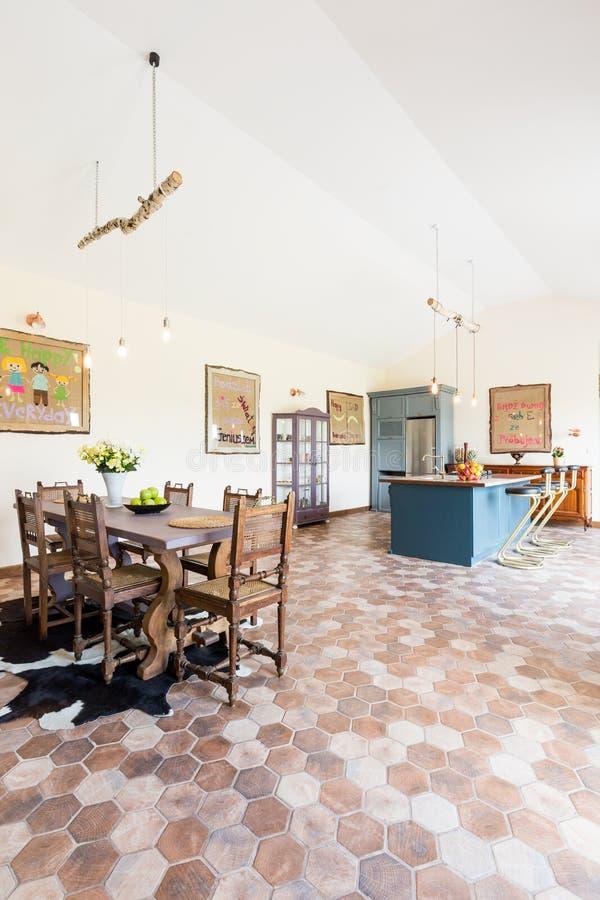 Sala Da Pranzo Rustica Con La Cucina Fotografia Stock - Immagine di ...