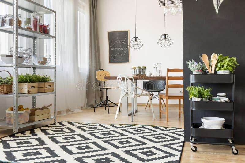 Sala da pranzo spaziosa e moderna fotografia stock