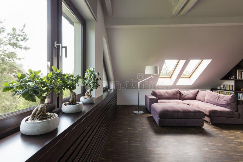 Sala da sala de estar do sótão com sofá imagens de stock royalty free
