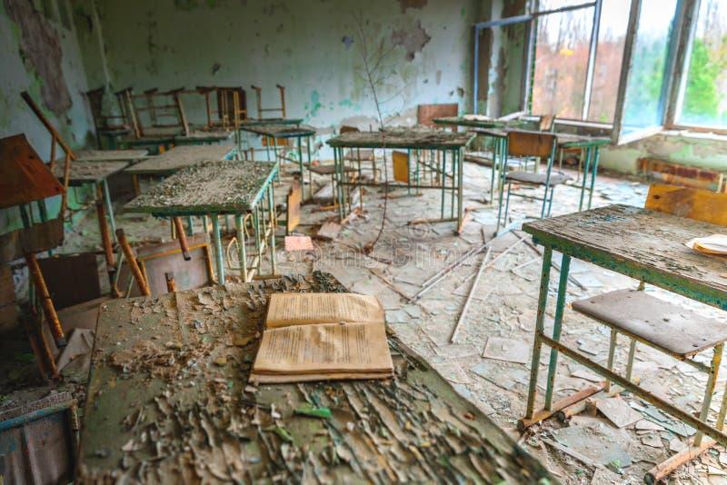 Sala de aula abandonada na escola n?mero 5 de Pripyat, zona de exclus?o 2019 de Chernobyl fotografia de stock