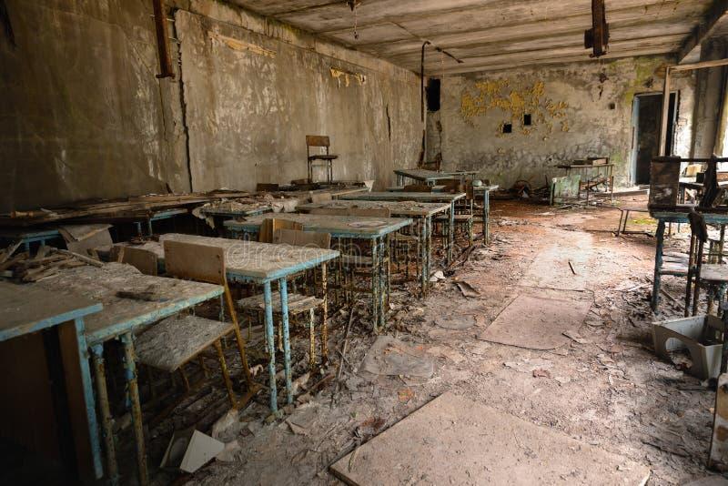 Sala de aula abandonada na escola n?mero 5 de Pripyat, zona de exclus?o 2019 de Chernobyl imagens de stock
