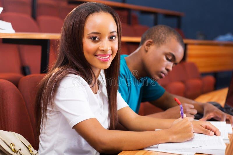 Sala de aula africana das estudantes universitário fotografia de stock royalty free