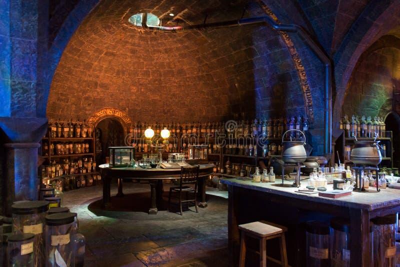 Sala de aula das poções na fatura de Harry Potter Studio fotografia de stock