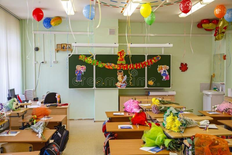 Sala de aula decorada para primeiros graduadores o 1º de setembro na cidade Balashikha, Rússia imagem de stock