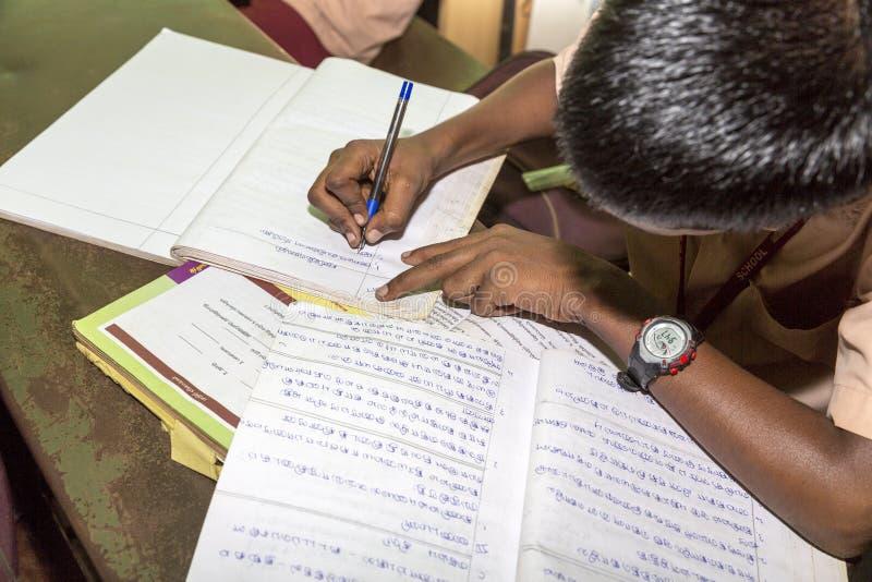 Sala de aula dos livros de alunos, Índia foto de stock