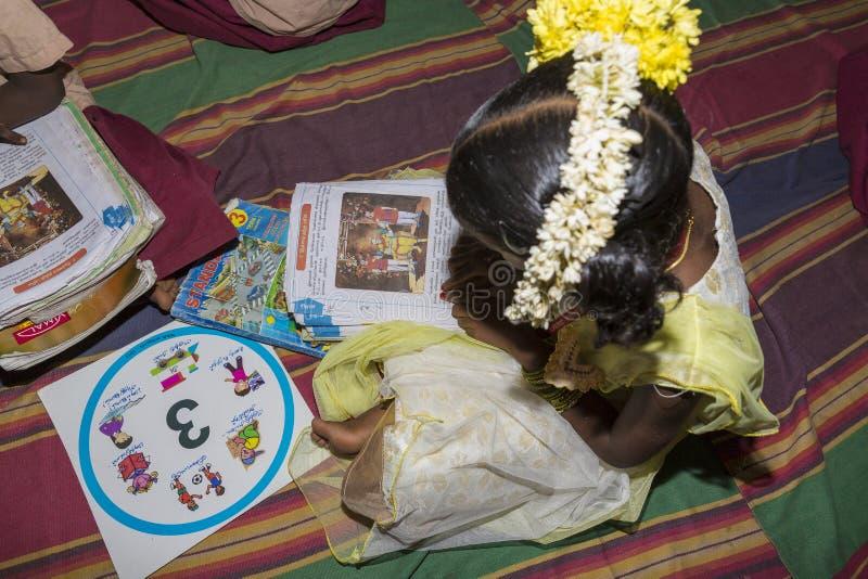 Sala de aula dos livros de alunos, Índia imagem de stock