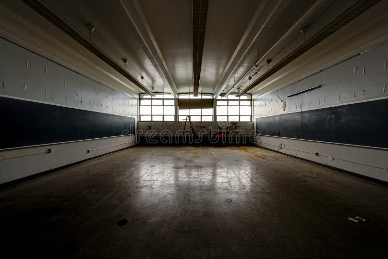 Sala de aula larga com quadros - vintage, escola abandonada fotografia de stock