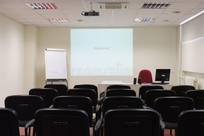 Sala de aula vazia com projetor fotografia de stock