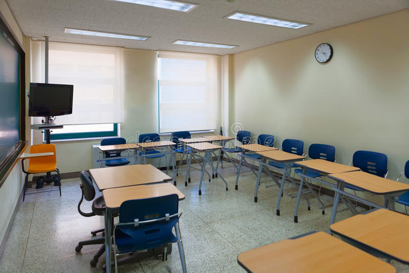 Sala de aula vazia em uma escola moderna totalmente equipada para a educação do padrão elevado foto de stock royalty free