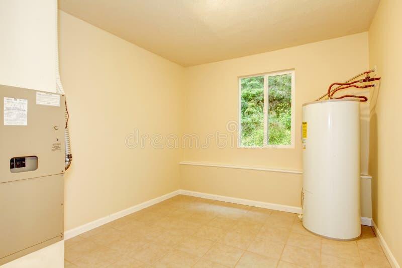 Sala de caldeira com um sistema de aquecimento em uma casa privada fotos de stock