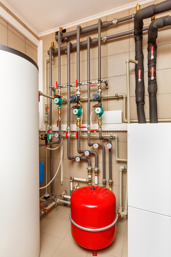 Sala de calderas del hogar con la pompa de calor, barril; Válvulas; Sensores a imagen de archivo libre de regalías