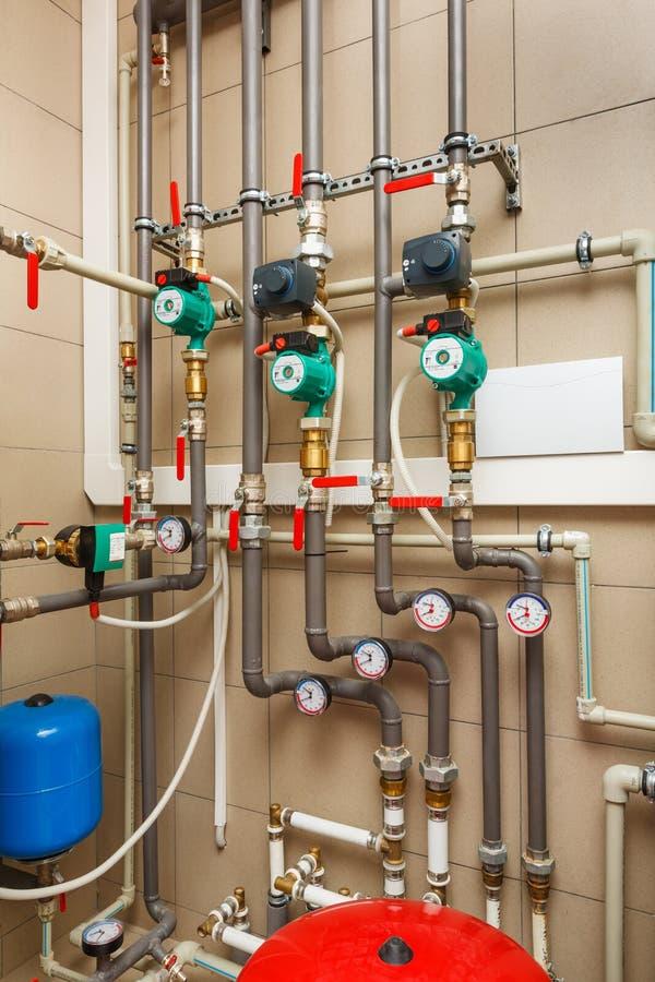Sala de calderas del hogar con la pompa de calor, barril; Válvulas; Sensores a fotos de archivo libres de regalías