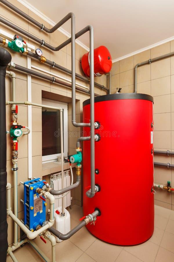 Sala de calderas del hogar con la pompa de calor, barril; Válvulas; Sensores a fotografía de archivo libre de regalías