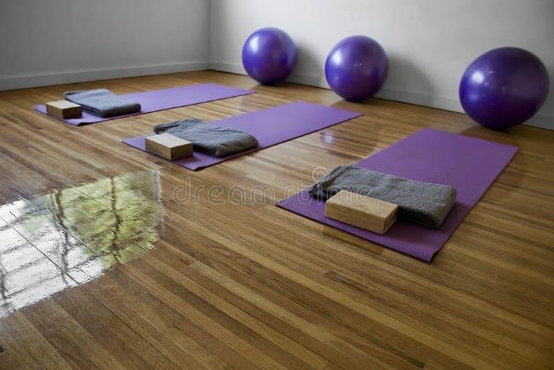 Sala de clase de la yoga foto de archivo libre de regalías