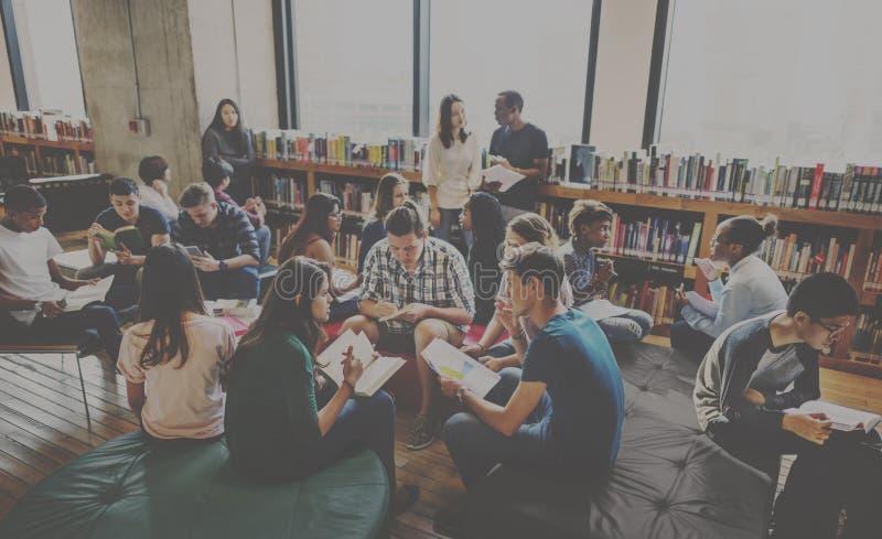 Sala de clase del compañero de clase que comparte concepto internacional del amigo imagenes de archivo