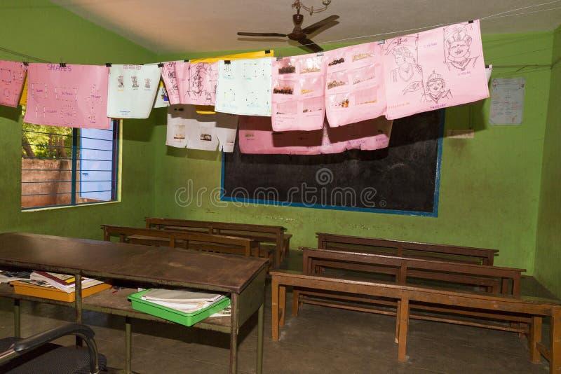 Sala de clase en escuela pública del gobierno fotos de archivo