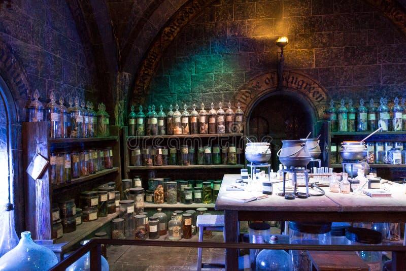 Sala de clase de las pociones en la fabricación de Harry Potter Studio foto de archivo