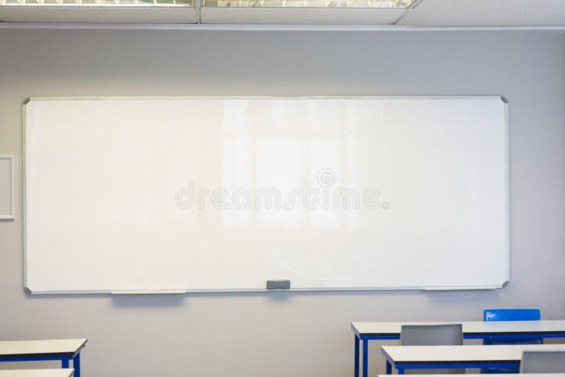 Sala de clase vacía en la universidad fotos de archivo