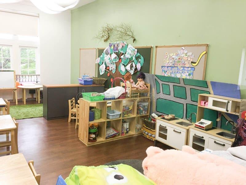 sala de classe vazia do jardim de infância com materiais e brinquedos de crianças fotografia de stock royalty free
