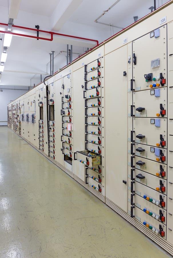 Sala de comando da tensão elétrica de um central elétrica foto de stock royalty free