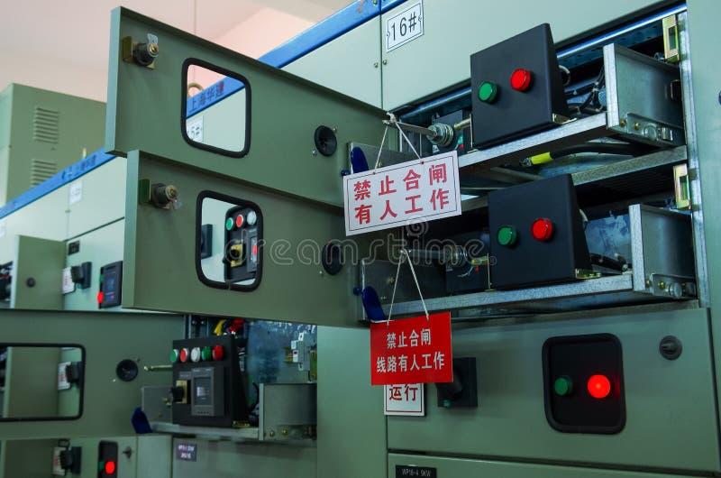Sala de comando da tensão elétrica de uma planta fotografia de stock