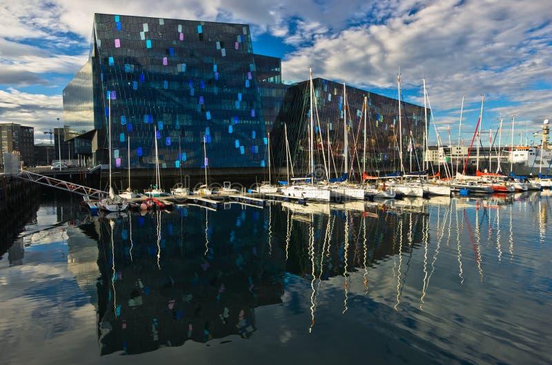 Sala de conciertos de Harpa en el puerto en la mañana, Islandia de Reykjavik imagenes de archivo