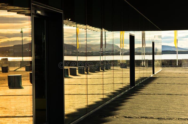 Sala de conciertos de Harpa en el puerto en la salida del sol, Islandia de Reykjavik imagen de archivo