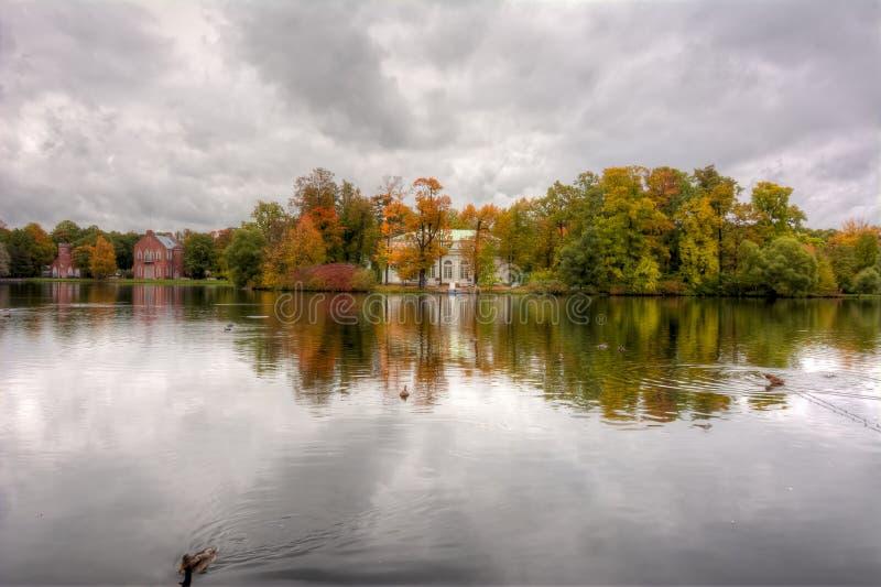 Sala de conciertos en la isla de la gran charca durante otoño suave de la caída de oro en el parque de Catherine, Pushkin, St Pet fotografía de archivo