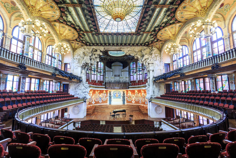 Sala de conciertos en palacio de la música por Gaudi, Barcelona, España imágenes de archivo libres de regalías