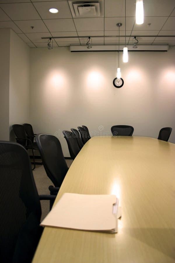 Sala de conferências com o dobrador de Manila na tabela imagem de stock royalty free