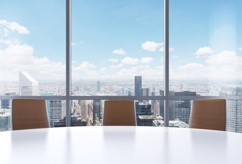 Sala de conferências panorâmico no escritório moderno, opinião de New York City das janelas Close-up das cadeiras do marrom e de  ilustração do vetor