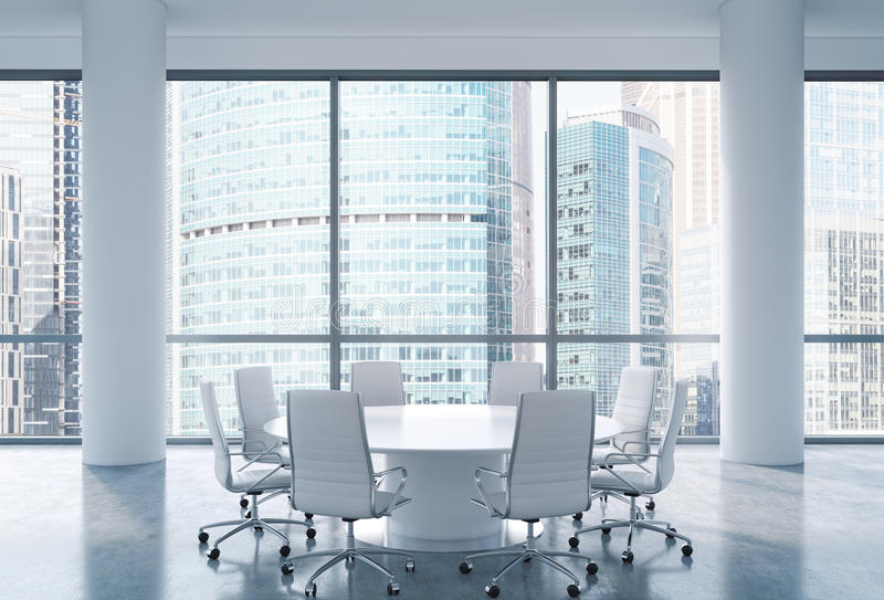 Sala de conferências panorâmico no escritório moderno, opinião internacional do centro de negócios de Moscou Cadeiras brancas e u ilustração royalty free