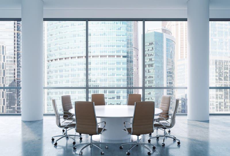 Sala de conferencias panorámica en oficina moderna, opinión internacional del centro de negocios de Moscú Sillas de Brown y una m ilustración del vector