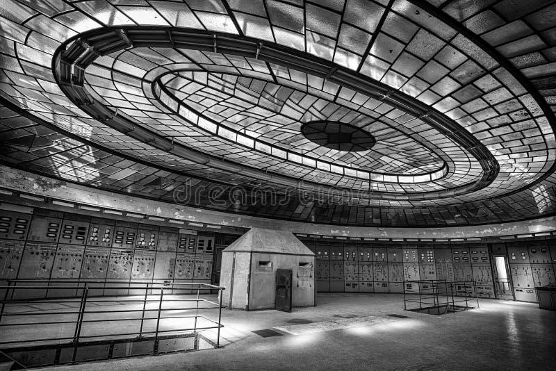 Sala de control f una central eléctrica abandonada fotografía de archivo