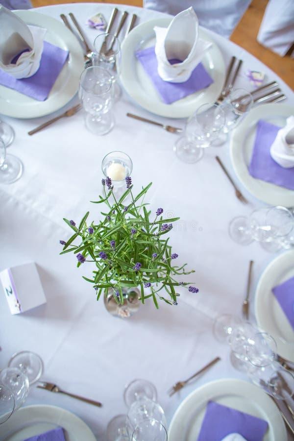 A sala de copo de água, tabelas ajustadas e apronta-se foto de stock royalty free