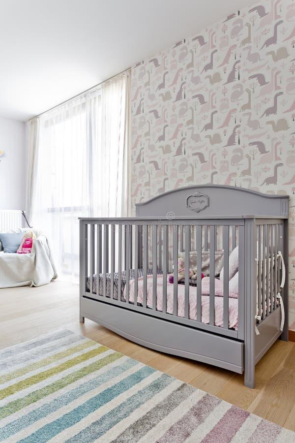 Sala de criança brilhante com o berço à moda fotografia de stock