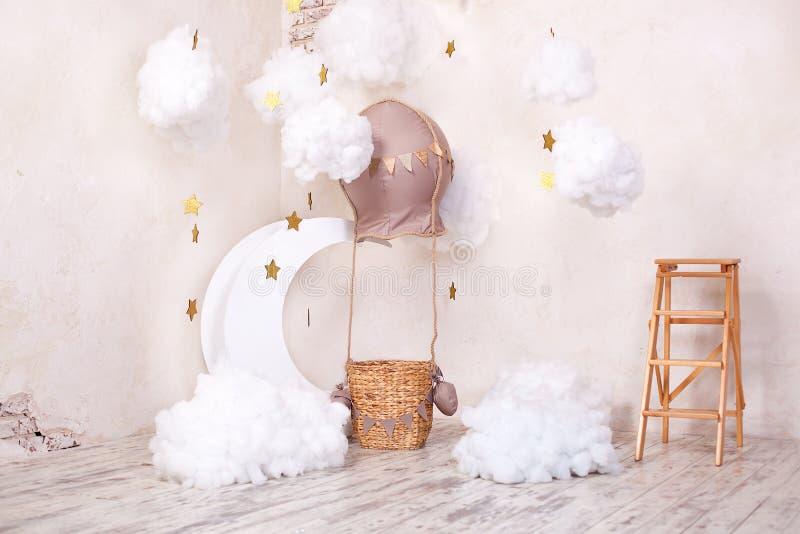 A sala de crianças à moda do vintage com as nuvens do aerostat, do balão e da matéria têxtil O lugar das crianças para uma sessão fotografia de stock royalty free