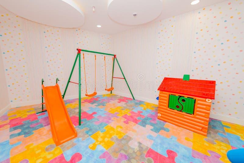 Sala de crianças com muitos brinquedos imagem de stock