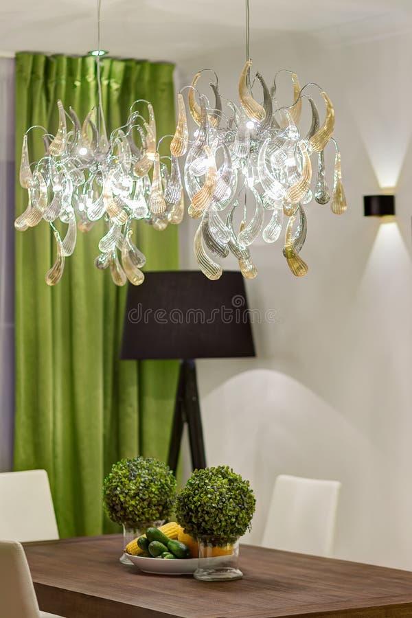 Sala de Dinning em cores verdes, preto e branco fotografia de stock