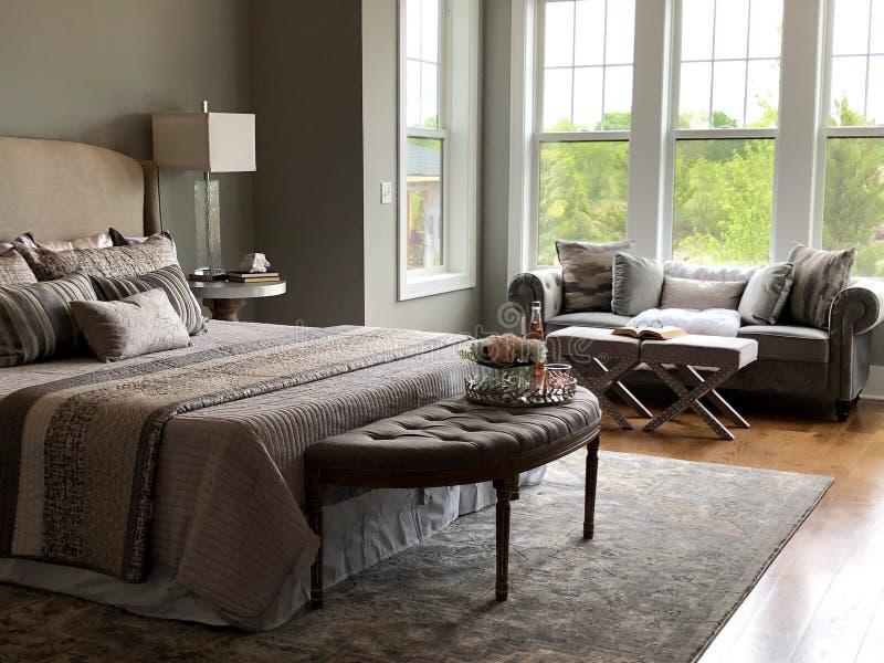 Sala de dormir principal com uma excelente vista e janelas abertas fotografia de stock