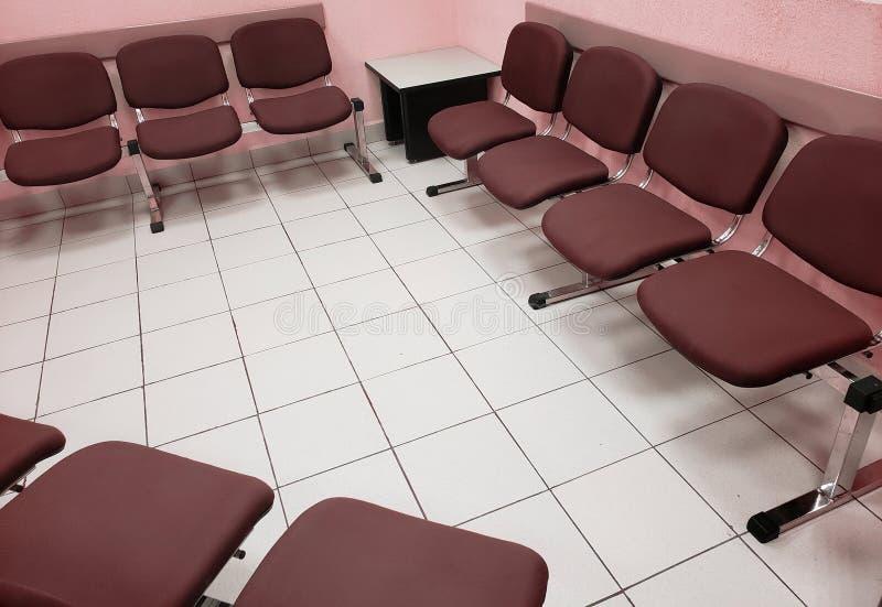 sala de espera com luz - paredes cor-de-rosa, assoalho branco e cadeiras confortáveis no marrom fotografia de stock